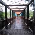 橋でエントランスまで。